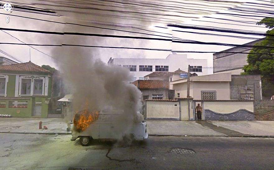 Google Street View immortala un van incendio